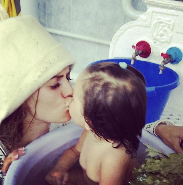 Виктория Боня в бане с дочкой Анджелиной