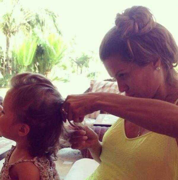 Виктория Боня заплетает дочке косички