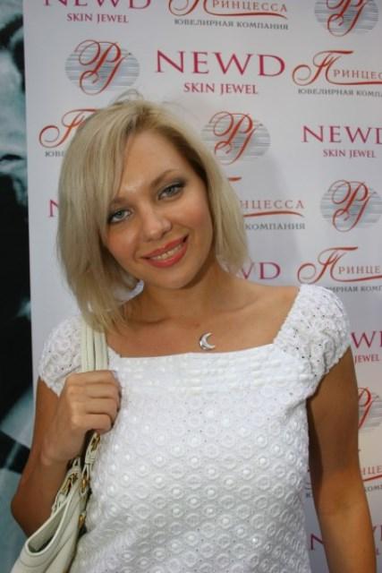 stroynaya-golaya-krasivaya-devushka