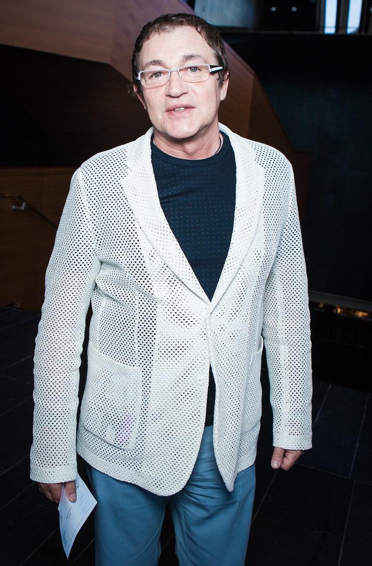 Дмитрий Дибров в белом пиджаке