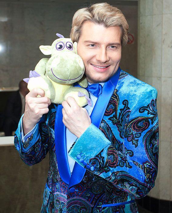 Николай Басков в голубых и синих костюмах