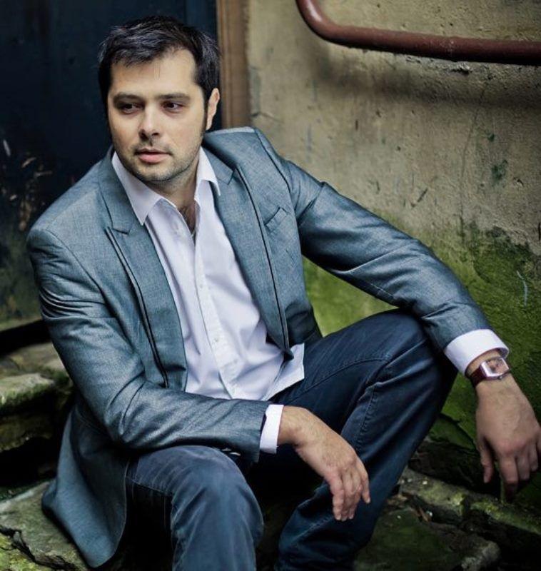 Вадим Азарх Биография (Vadim Azarh Biography) певец, композитор, продюсер из Санкт-Петербурга, участник проекта Голос2