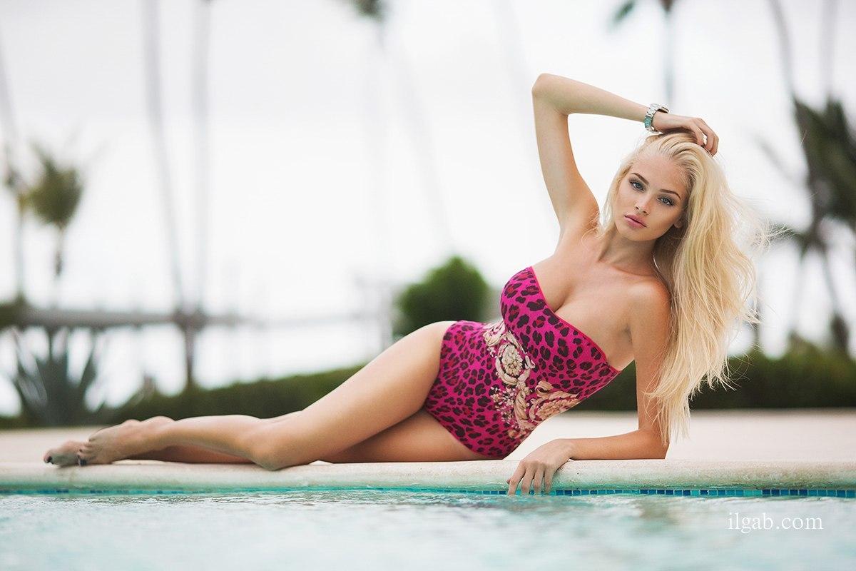 Модель Алена Шишкова в новой пляжной фотосессии - розовый купальник, черная майка