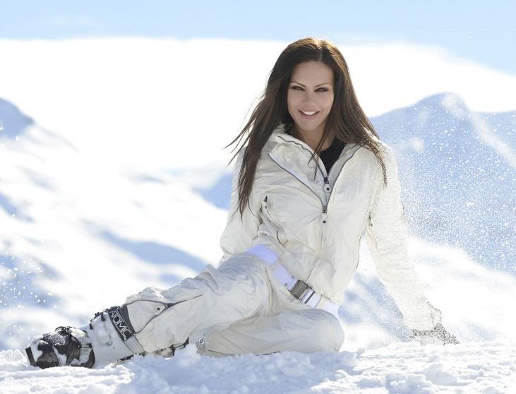 Елена Галицына на лыжах в горах на скачках White Turf