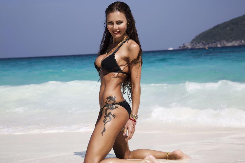 Елена Галицына появилась на пляже Тайланда в бикини