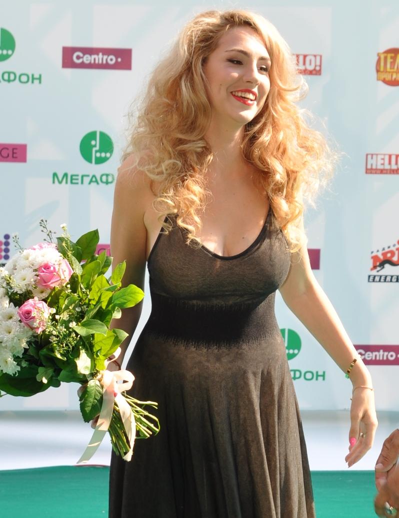 Ева Анри на премии Муз-тв в прозрачном черном платье с кавалером