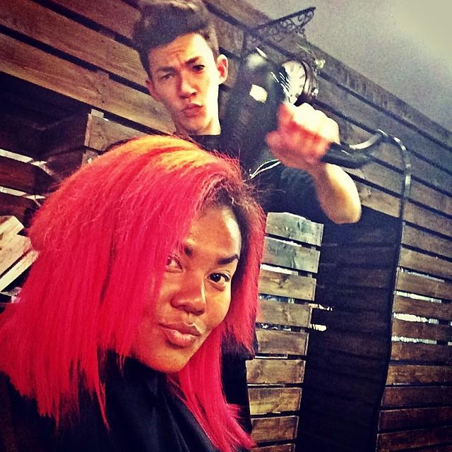 Корнелия Манго покрасила волосы в розовый цвет