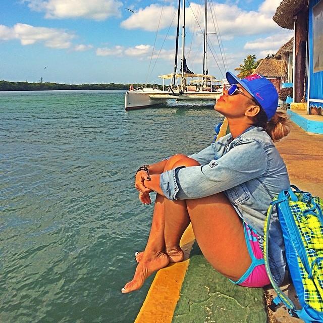 Певица Корнелия Манго улетела на отдых с мамой в Кубу