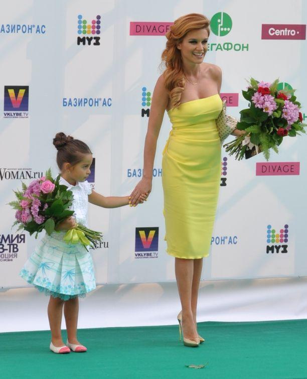 Ксения Бородина в желтом платье за ручку с дочкой Марусей на Премии Муз-тв