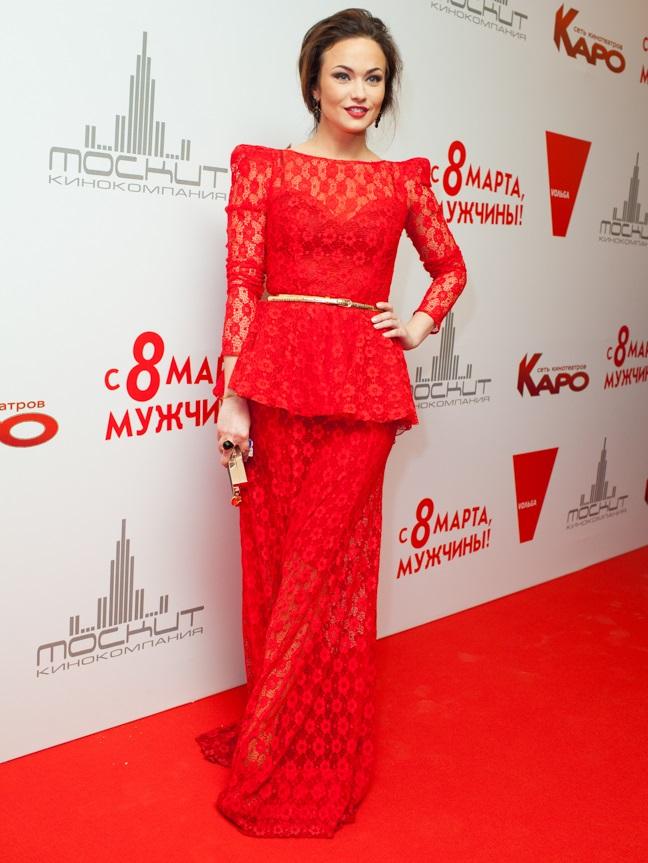 Актриса Мария Берсенева в роскошном красном платье на премьере фильма