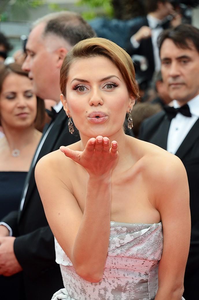 Виктория Боня в зеленом платье на премии Муз-тв Эволюция