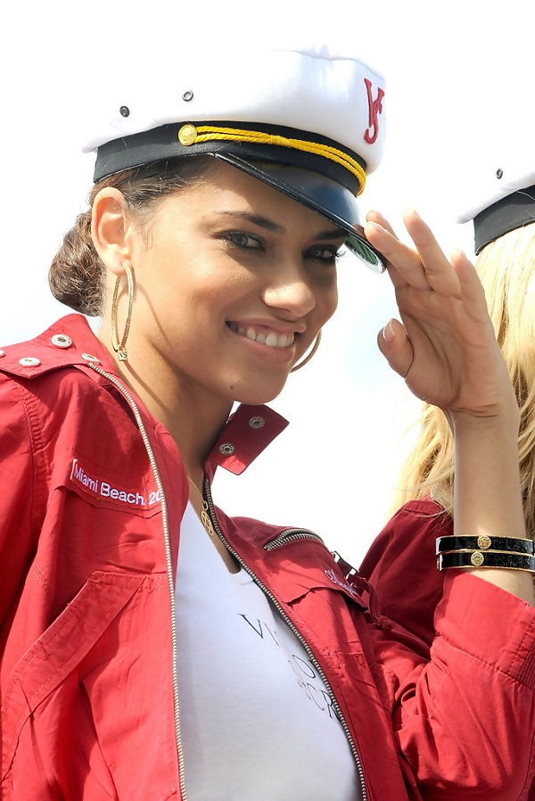 Адриана Лима позирует на яхте