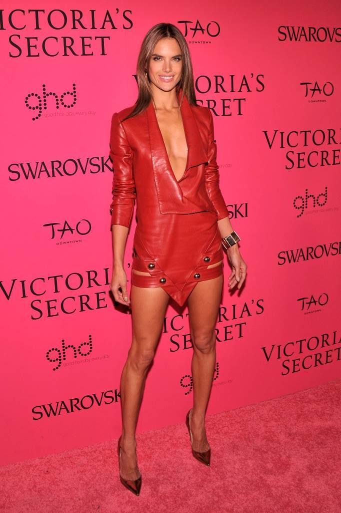 Алессандра Амбросио на показе Victorias Secret Fashion Show