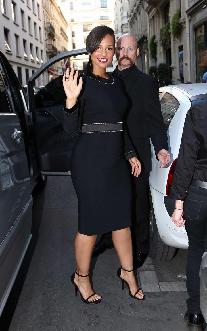 Алиша Киз в строгом черном платье с молниями