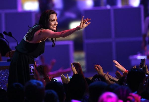 Анджелина Джоли на вручение премии Kid's Choice Awards (28 марта 2015 год)