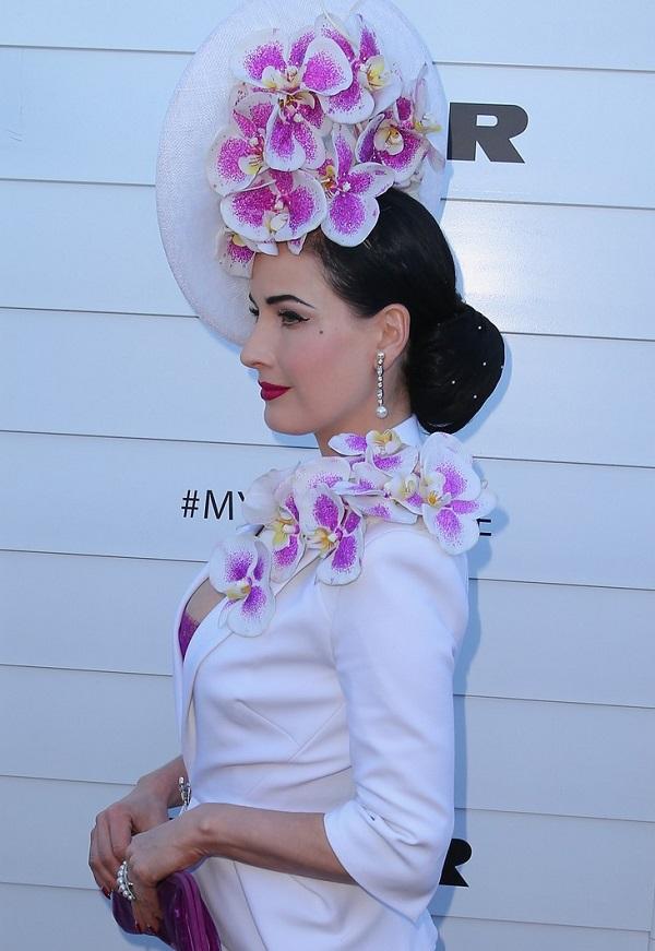 Дита Фон Тиз в белом костюме и розовыми орхидеями