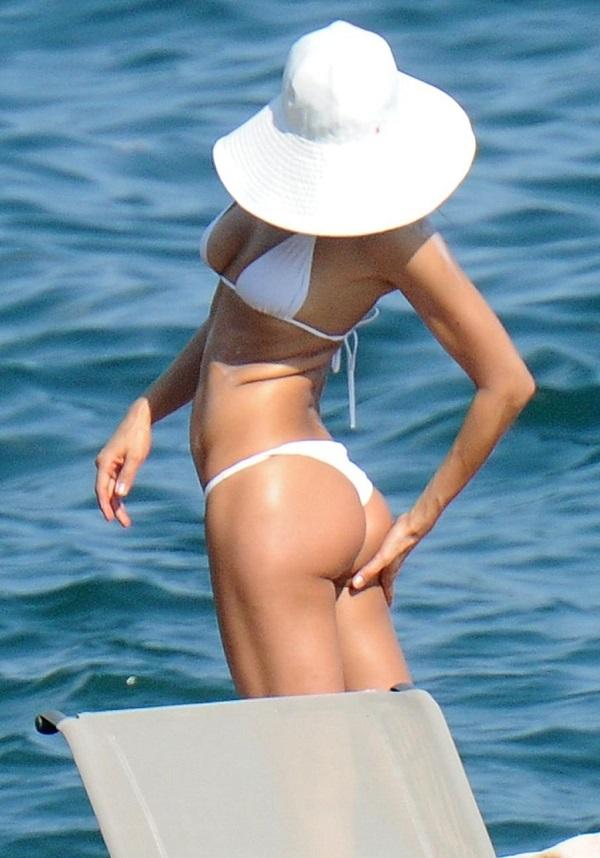Ирина Шейк отдохнула на пляже Испании в белом бикини и забавной шляпке