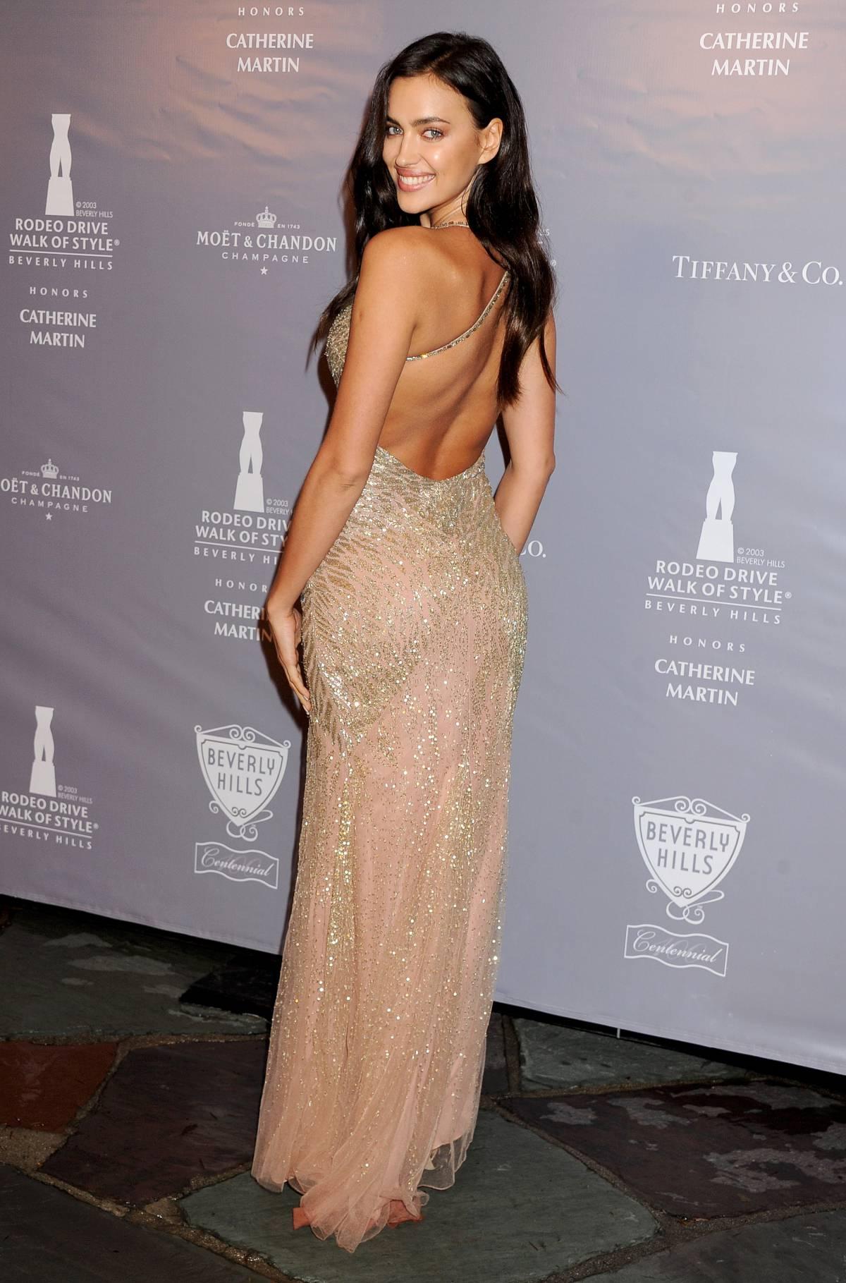 Ирина Шейк в золотом платье с декольте и открытой спиной, расшитом бисером