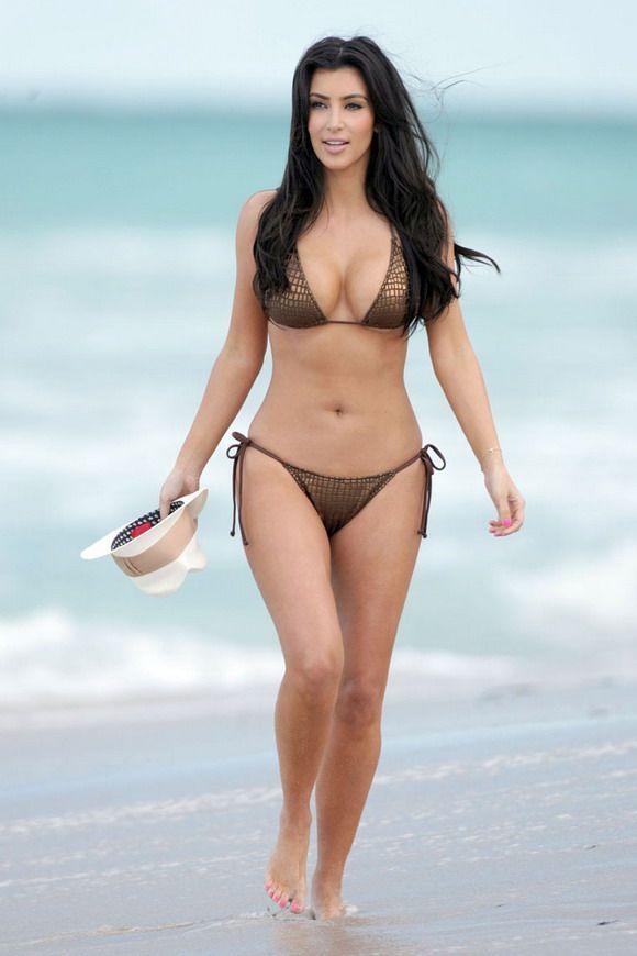 Ким Кардашиан в бикини