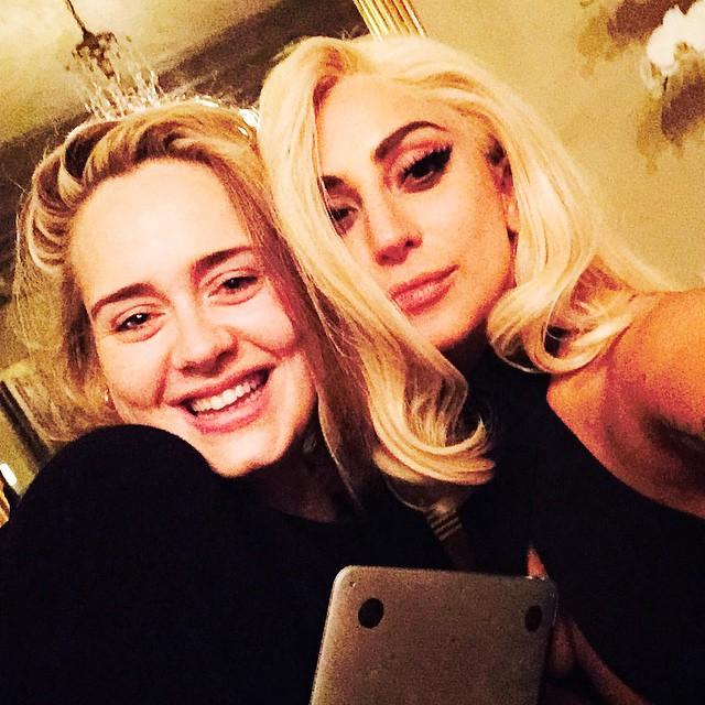 Леди Гага в кровати без макияжа