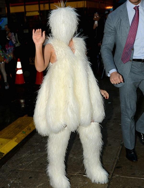Леди ГаГа появилась в наряде подружки Снежного Человека