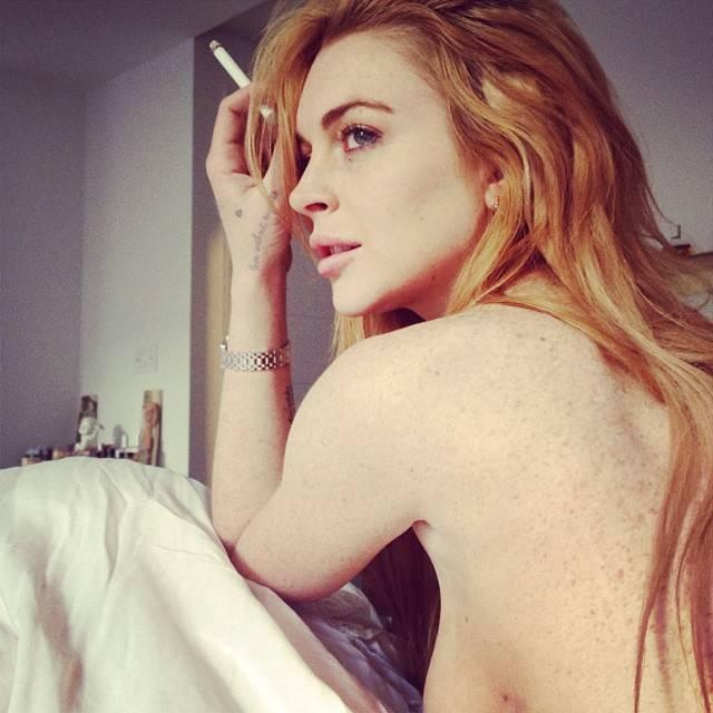 Линдси Лохан курит голая в кровати