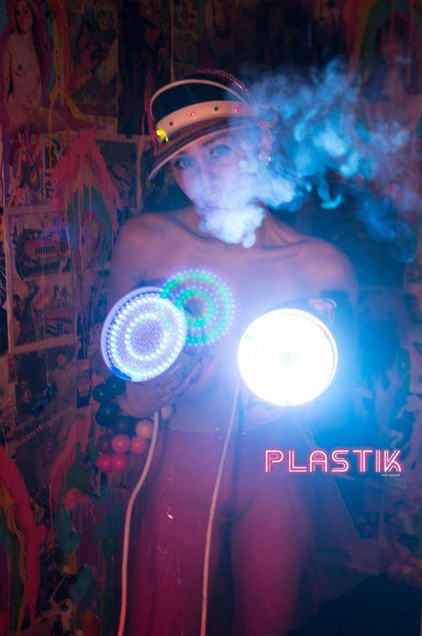 Майли Сайрус снялась в невероятной пошлой фотосессии для журнала Plastik Magazine (июнь 2016)