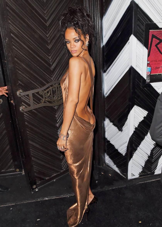 Рианна появилась в золото-коричневом в платье с открытой спиной